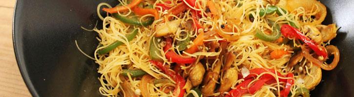 Fideos chinos con champiñones, salsa de soja, ajo y perejil