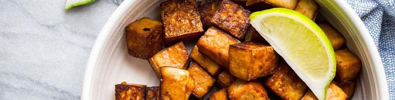 Tofu asado al sésamo con salsa de soja y lima